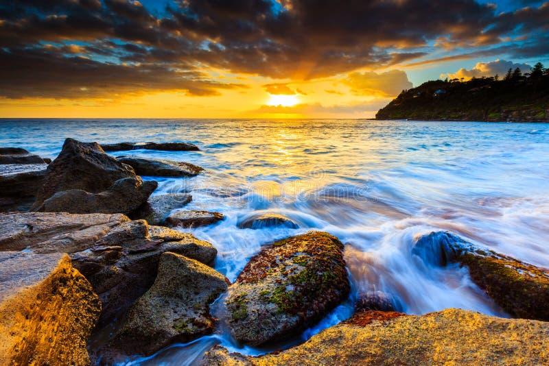 Belle vue de paysage marin de lever de soleil images libres de droits