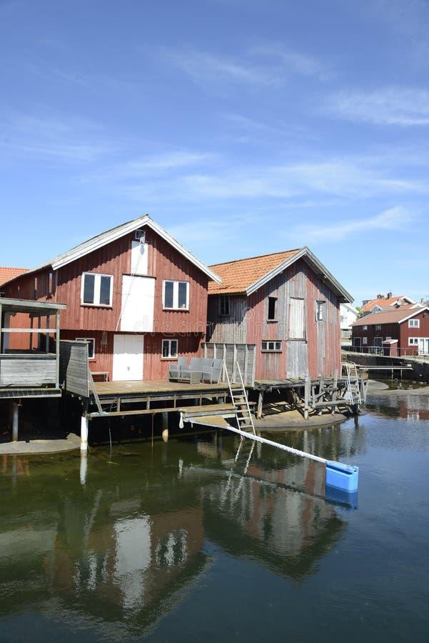 Belle vue de paysage de pêcher des maisons chez Kungshamn image libre de droits