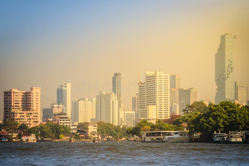 Belle vue de paysage urbain de Bangkok de Chao Phraya River Bangkok est la capitale et la plupart de ville populeuse du royaume d image stock
