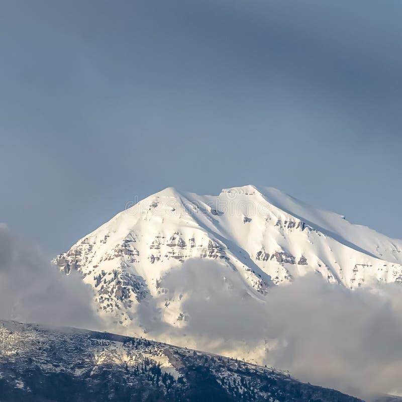 Belle vue de place d'une montagne avec sa crête couverte de neige blanche ensoleillée photo stock