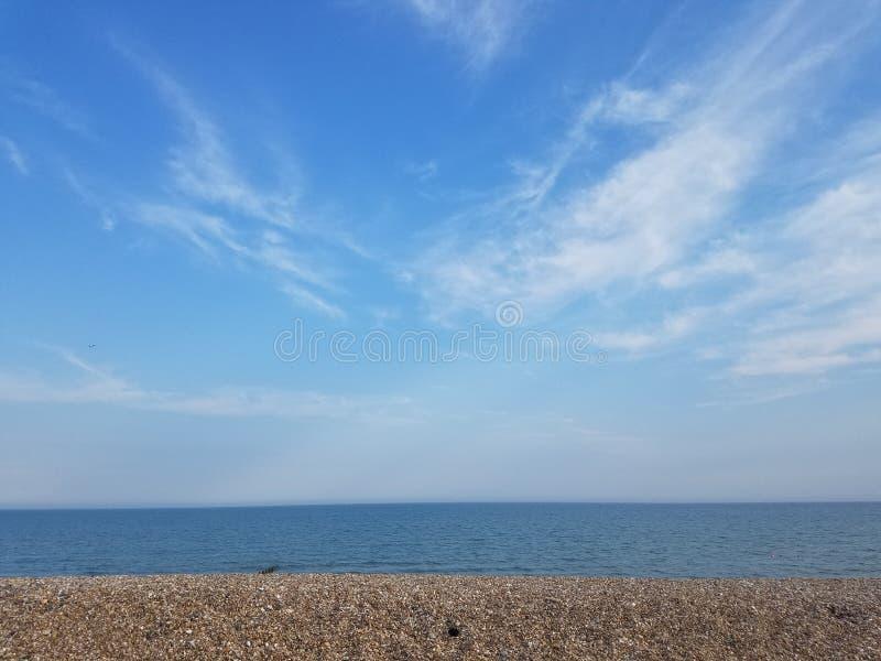 Belle vue de plage d'après-midi avec les nuages et le ciel bleu photos stock