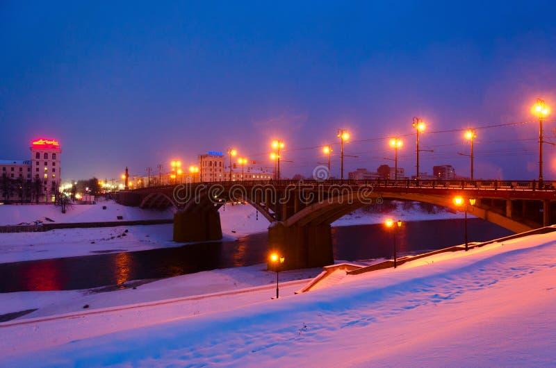 Belle vue de pont de Kirovsky au-dessus de rivière occidentale de Dvina la soirée d'hiver, Vitebsk, Belarus image libre de droits