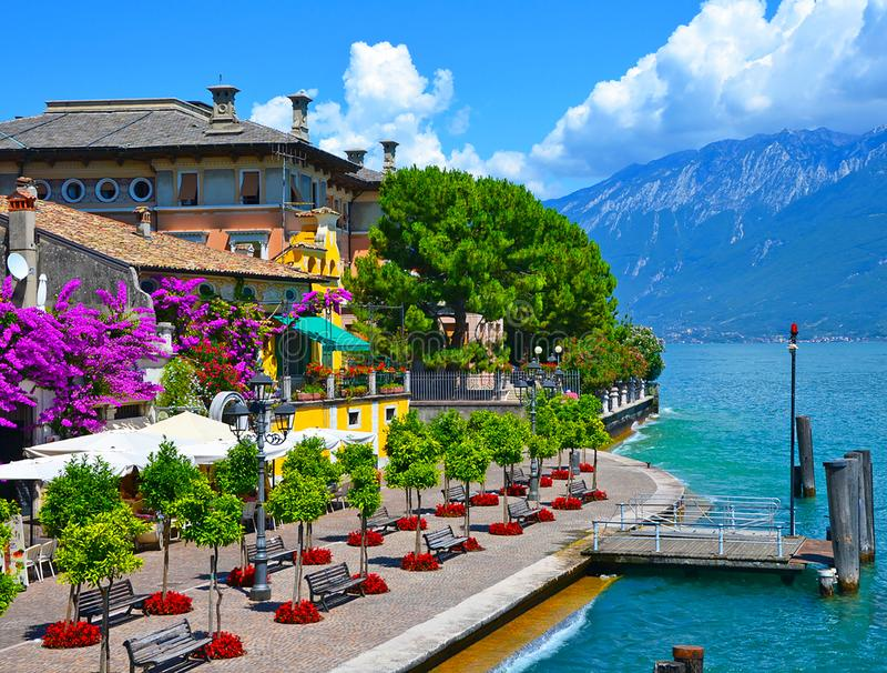 Belle vue de ressort du policier de sul de Limone, promenade en fleurs Policier de sul de Limone, région célèbre de la Lombardie, photos libres de droits