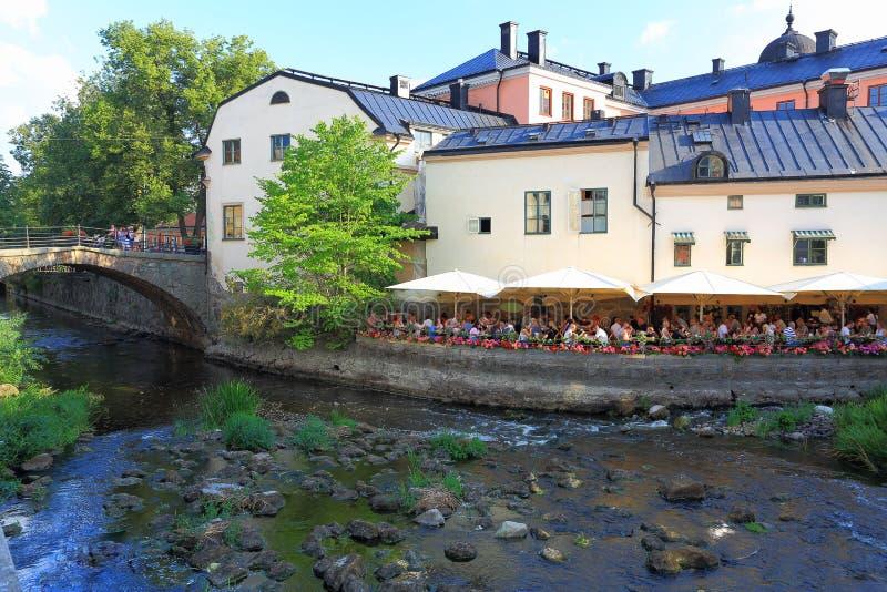 Belle vue de restaurant extérieur près de rivière le beau jour d'été La Suède, Upsal photographie stock