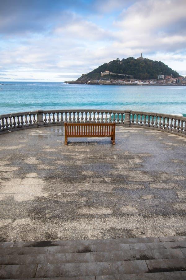 Belle vue de rivage sur l'île Santa Clara dans la baie de conque de l'Océan Atlantique, San Sebastian, pays Basque, Espagne images stock