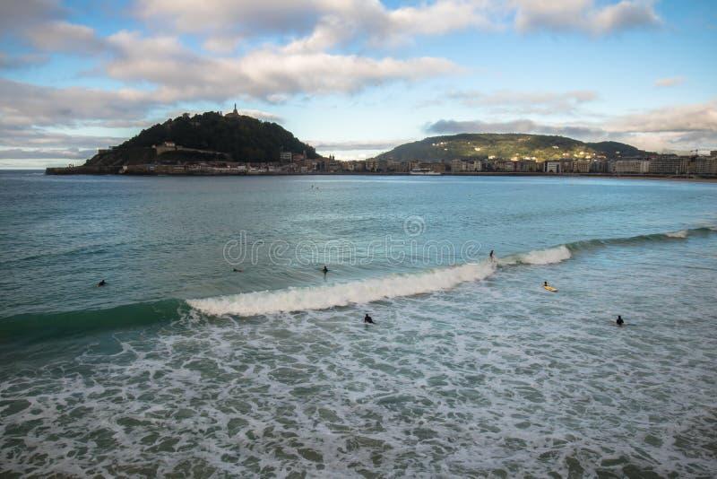 Belle vue de rivage sur l'île Santa Clara dans la baie de conque de l'Océan Atlantique, San Sebastian, pays Basque, Espagne images libres de droits