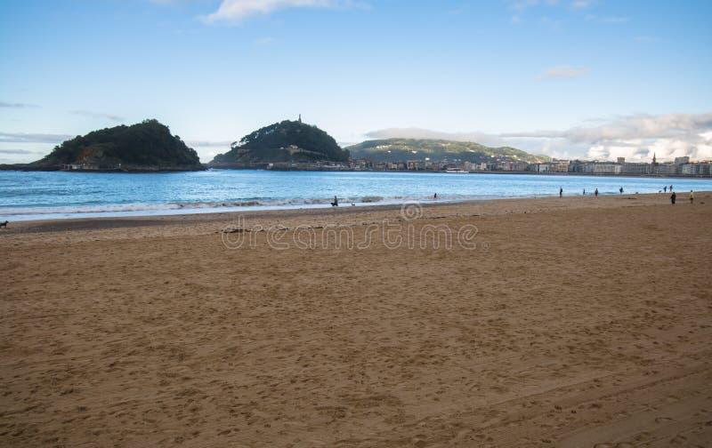 Belle vue de rivage sur l'île Santa Clara dans la baie de conque de l'Océan Atlantique, San Sebastian, pays Basque, Espagne photographie stock libre de droits