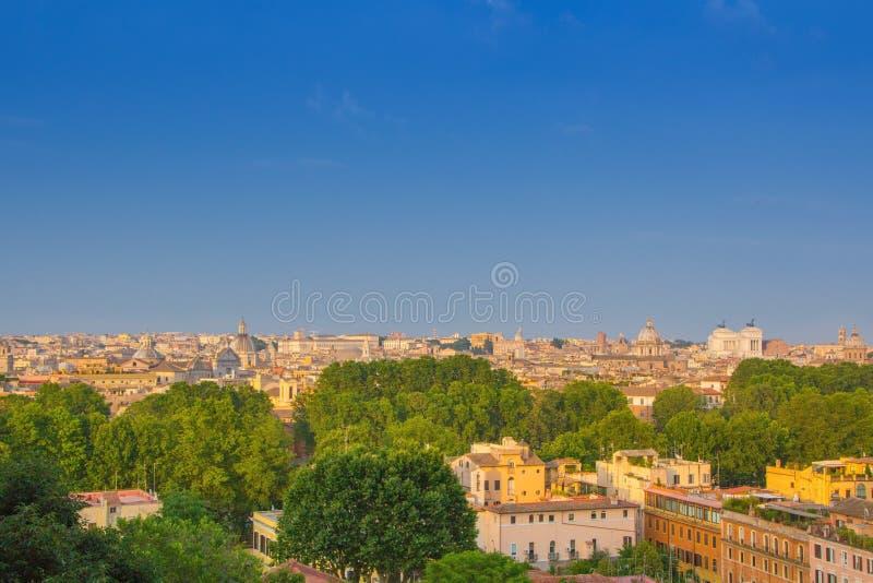 Belle vue de Rome, Italie Soirée ensoleillée d'été Paysage urbain panoramique aérien de Rome photographie stock libre de droits