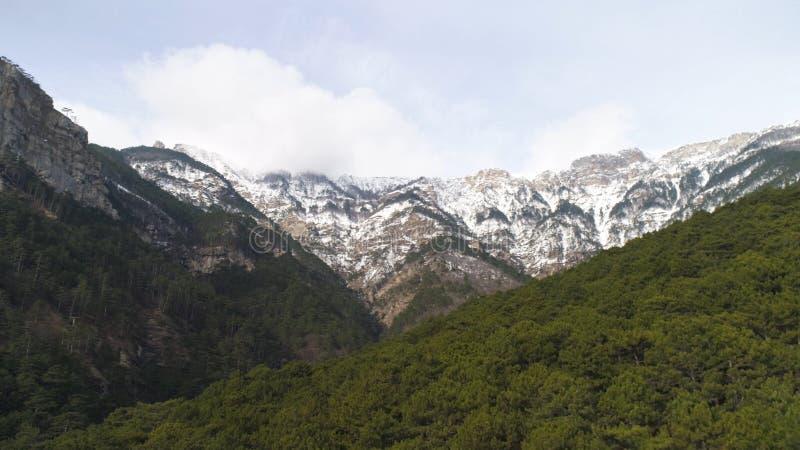 Belle vue de Schlegeisspeicher, Tyrol - Autriche Vue aérienne sur le panorama stupéfiant de la forêt avec le fond de montagne photos stock