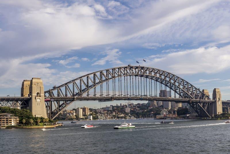 Belle vue de Sydney Harbour Bridge, Australie, contre un ciel dramatique images libres de droits