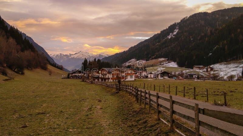 Belle vue de village de montagne de Racines au lever de soleil en Italie image stock