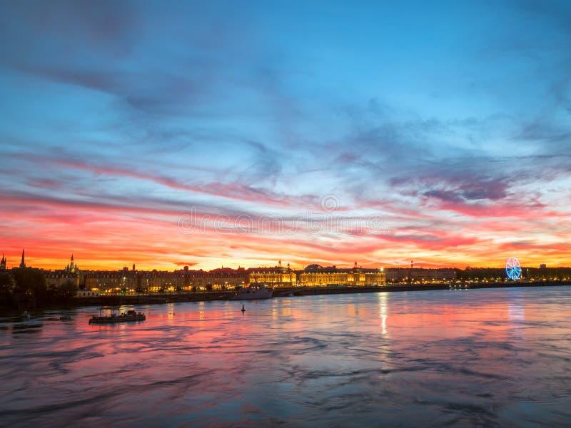 Belle vue de ville de Bordeaux et de la rivière de la Garonne avec stupéfier le ciel dramatique de coucher du soleil photos libres de droits