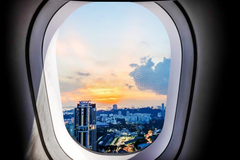 Belle vue de ville de coucher du soleil de Singapour de fenêtre plate image stock