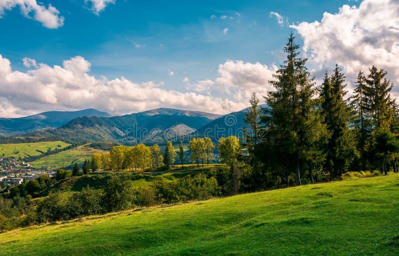Belle vue dedans à la vallée rurale image stock