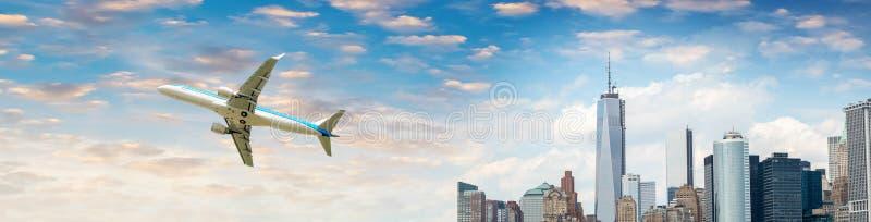 Belle vue des avions survolant New York City photo stock
