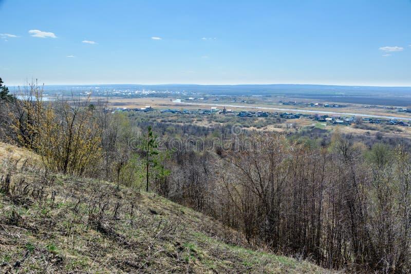 Belle vue des champs, des prés, du village et de la rivière Sviyaga Panorama de la rivière célèbre de Sviyaga d'une haute photo stock