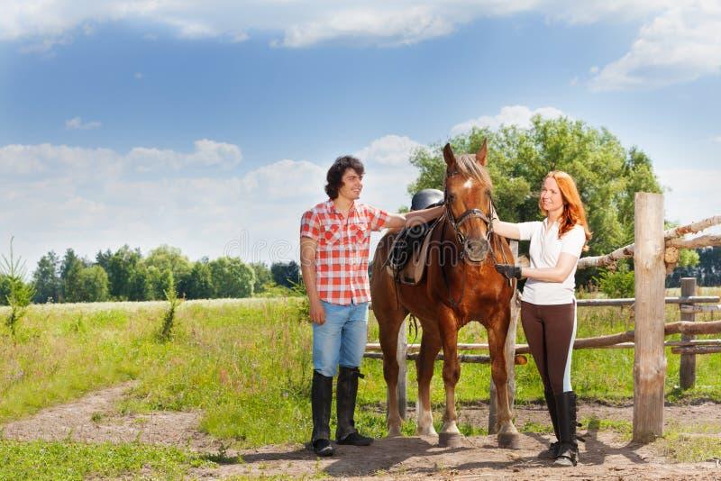 Belle vue des couples marchant avec leur cheval image stock