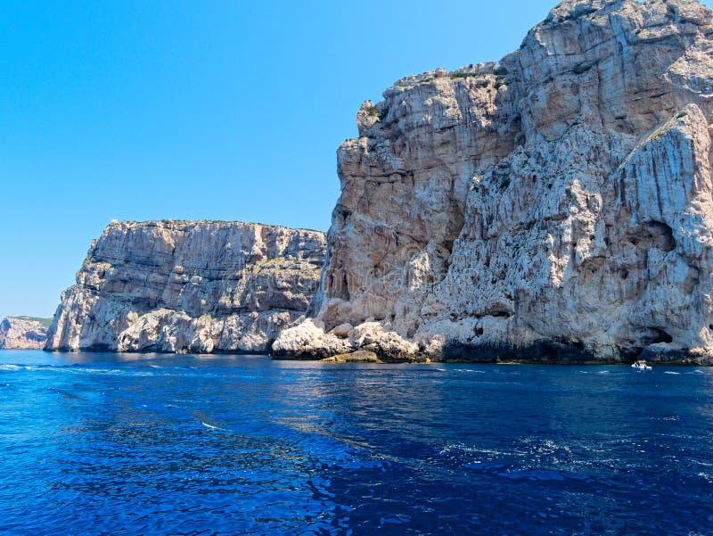 Belle vue des falaises de Caccia de capo La Sardaigne, Italie photographie stock libre de droits
