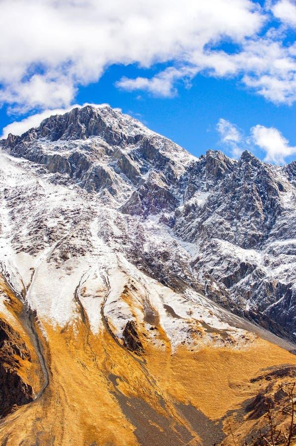 Belle vue des montagnes de Caucase, la Géorgie photographie stock libre de droits