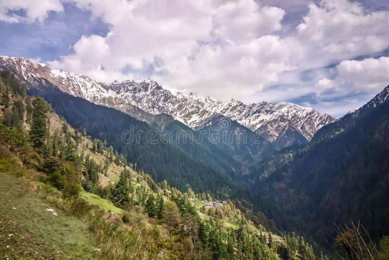Belle vue des montagnes de l'Himalaya sur l'itinéraire de trekking à Grahan, Kasol, vallée de Parvati, Himachal Pradesh, Inde images libres de droits