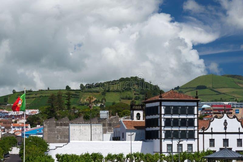 Belle vue des montagnes, des toits des maisons et des rues de la ville de Ponta Delgada, Portugal photographie stock libre de droits