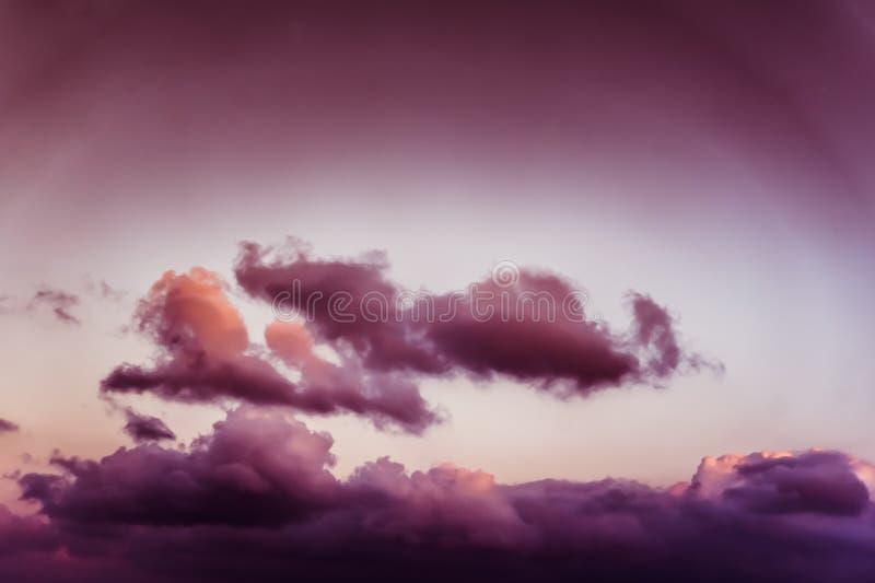 Belle vue des nuages pourpres et rosâtres de fenêtre d'avion - photo stock