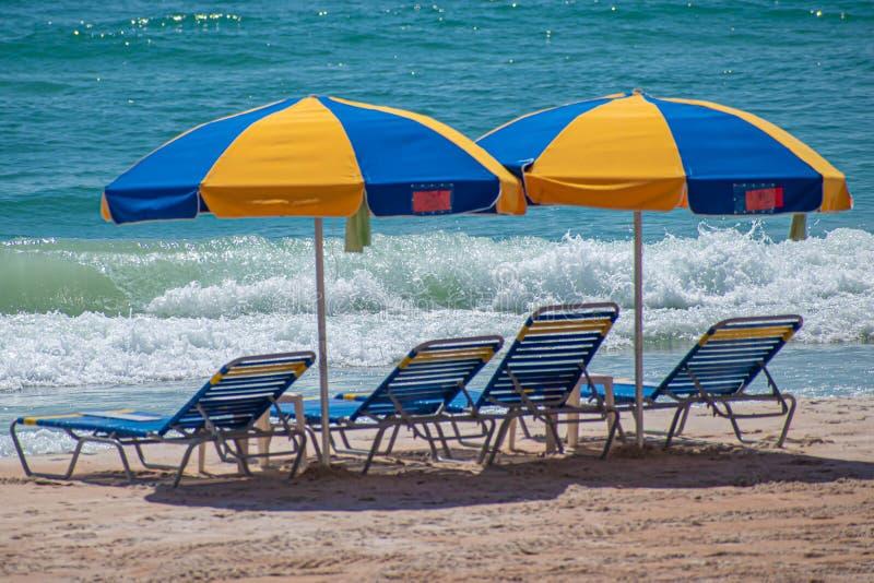 Belle vue des parapluies et des chaises de plage colorés photographie stock libre de droits