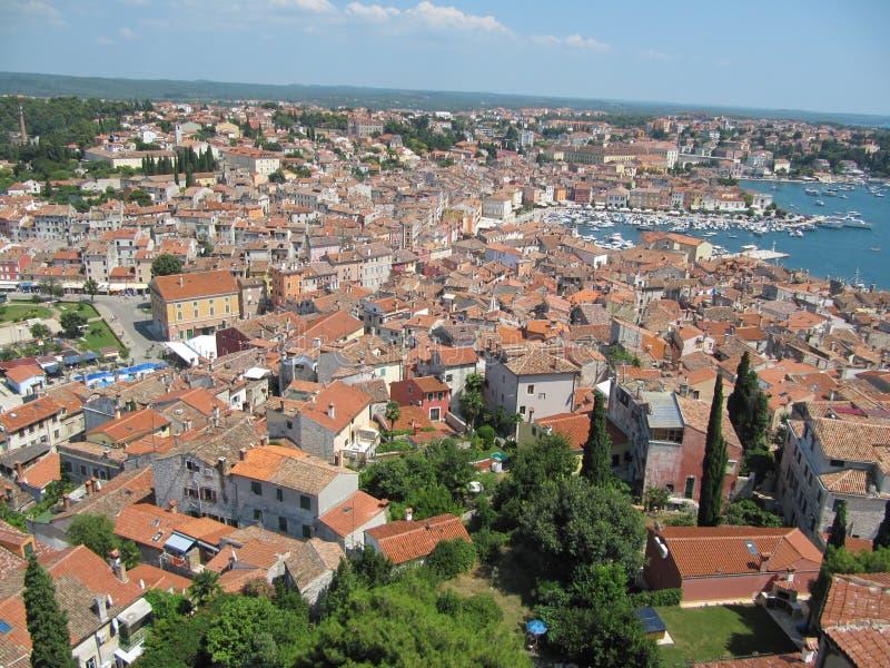 Belle vue des toits et de la baie de Rovinj, Croatie photos stock