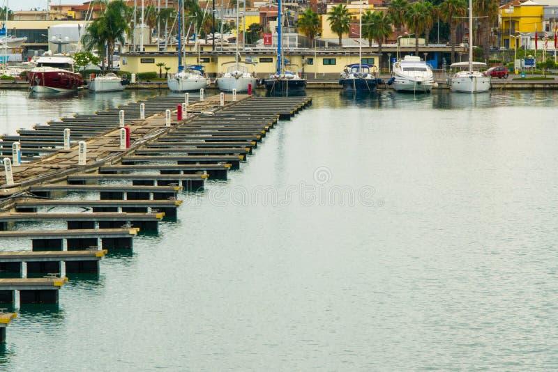 Belle vue des yachts et des bateaux de navigation de luxe dans le port de marina de la ville méditerranéenne Riposto, concepts de photos stock
