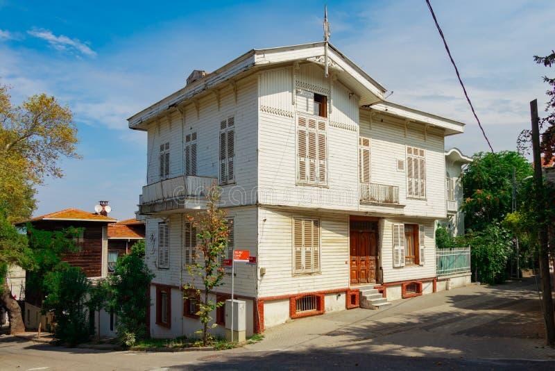 Belle vue du bâtiment en bois historique et traditionnel image stock