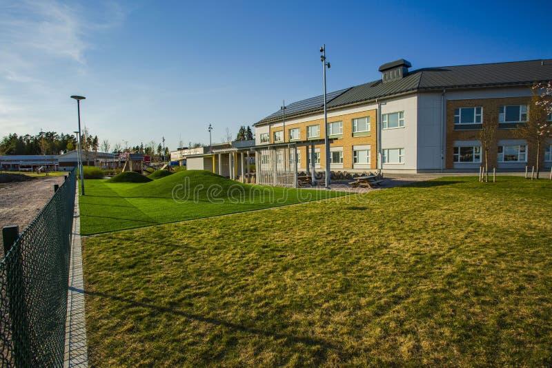 Belle vue du bâtiment scolaire avec les panneaux solaires installated sur le toit Concept de technologies neuves photographie stock libre de droits