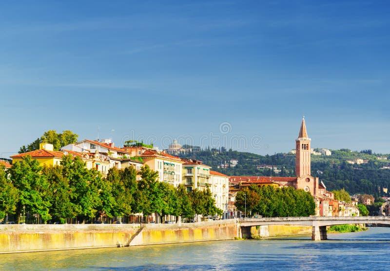Belle vue du bord de mer de la rivière de l'Adige à Vérone, Italie photographie stock libre de droits