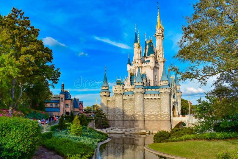 Belle vue du château de Cendrillon sur le fond bleu-clair de ciel nuageux dans le royaume magique chez Walt Disney World 1 photo libre de droits