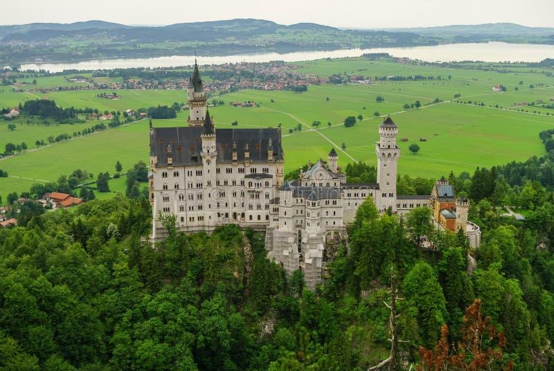 Belle vue du château de renommée mondiale de Neuschwanstein, le 19ème c photos stock