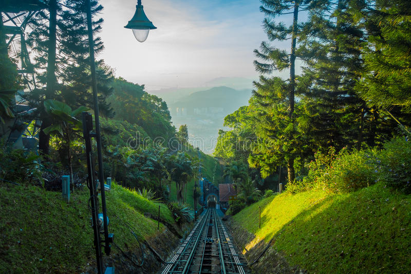 Belle vue du chemin de fer allant à la colline de Penang, une station de vacances de colline constituant un groupe des crêtes sur photographie stock libre de droits