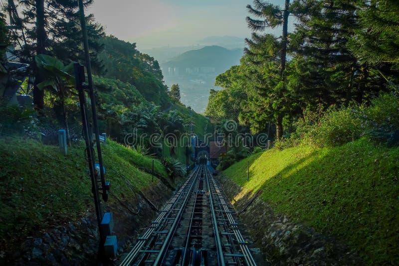 Belle vue du chemin de fer allant à la colline de Penang, une station de vacances de colline constituant un groupe des crêtes sur photo stock