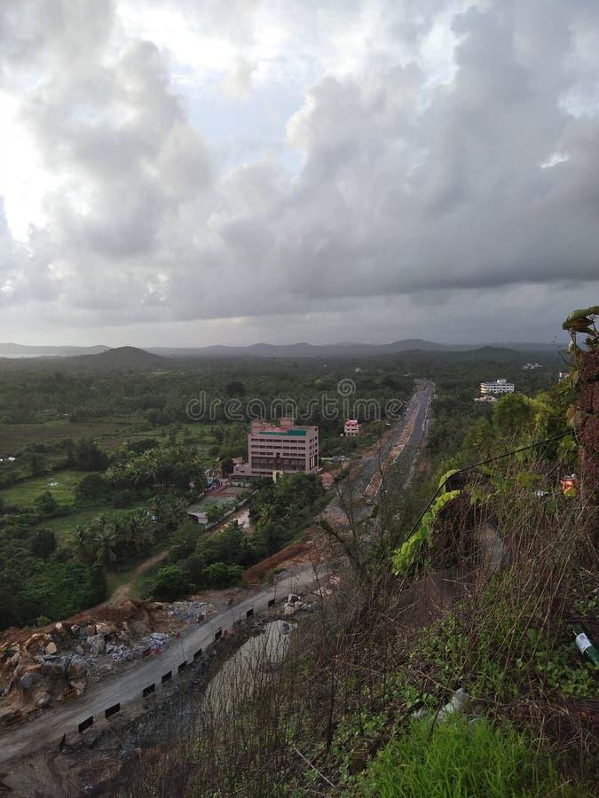 Belle vue du ciel nuageux de la colline photographie stock libre de droits