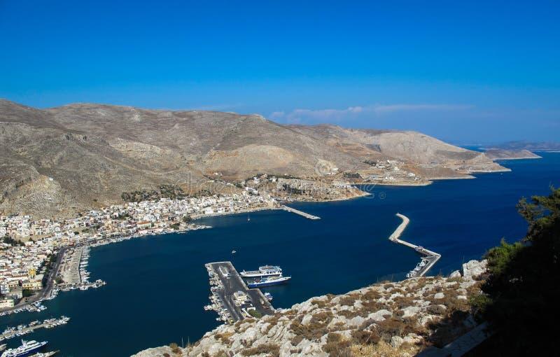 Belle vue du haut de la colline sur l'île grecque de baie merveilleuse de Kalymnos Le port de la ville de Pothia photo libre de droits