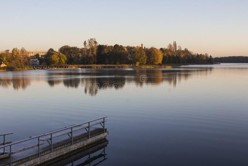 Belle vue du lac dans la ville de Trakai pendant le matin lithuania photographie stock libre de droits