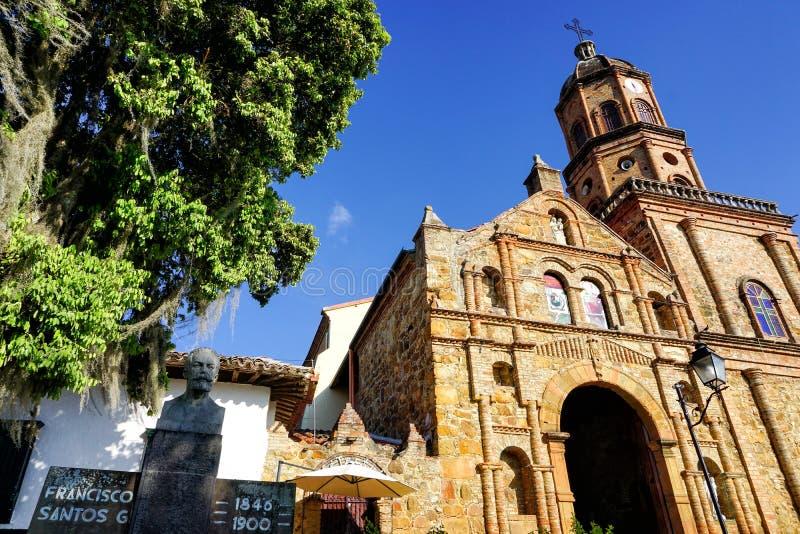 Belle vue du San Joaquin Church et sculpture dans Curiti, Colombie photographie stock libre de droits