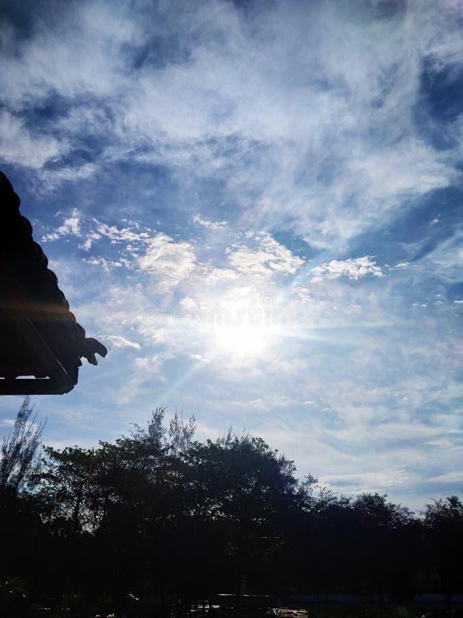 Belle vue du soleil et de ciel au matin photographie stock
