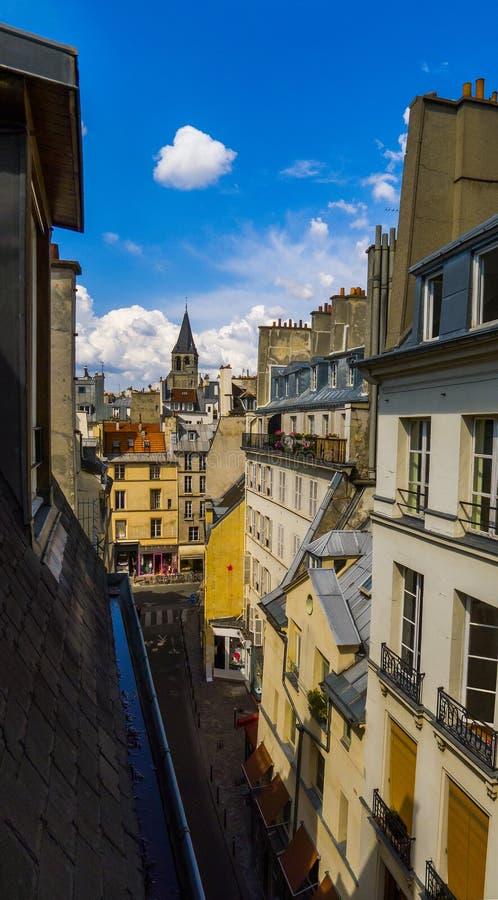 Belle vue du toit du vieux bâtiment sur l'architecture de Paris St Germain, 6ème secteur image stock
