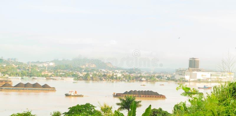 Belle vue du trafic des remorqueurs tirant la péniche de charbon à la rivière de Mahakam, Samarinda, Indonésie photographie stock