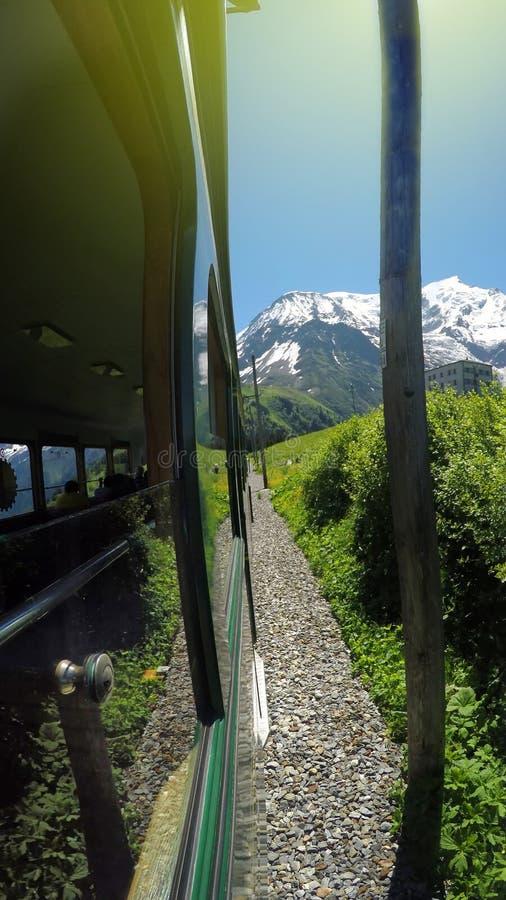 Belle vue du train rouge allant à Montenvers Mer de Glace Station pendant le jour d'été image libre de droits