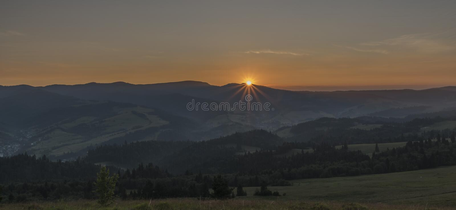Belle vue en parc national de Pieniny avec le lever de soleil photos stock