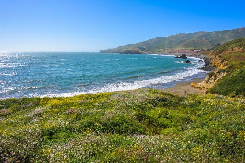 Belle vue ensoleillée sur la plage de rodéo en Californie photographie stock libre de droits