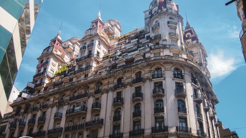 Belle vue et bâtiment de rue à Buenos Aires photographie stock libre de droits