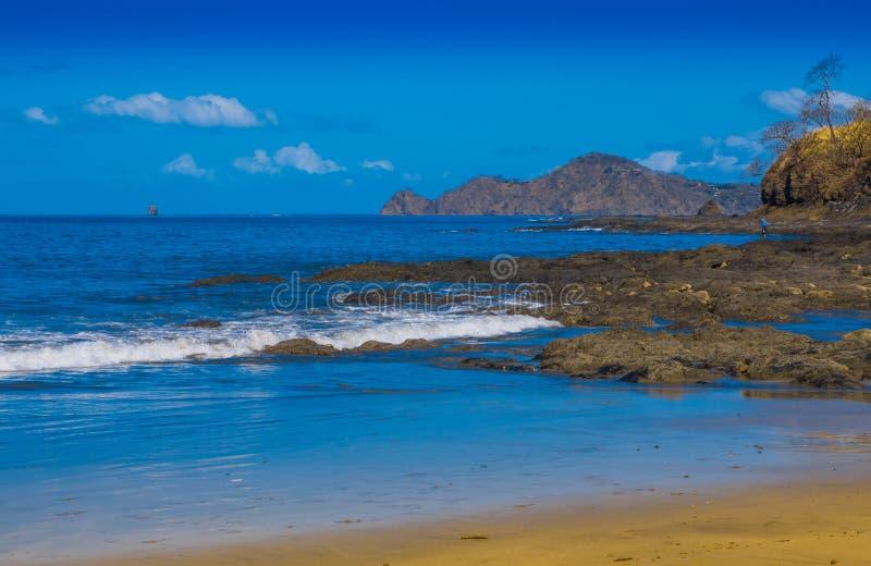 Belle vue extérieure de plage rocheuse magnifique dans le hermosa de Playa avec de l'eau bleu et le beau jour ensoleillé avec le  image stock