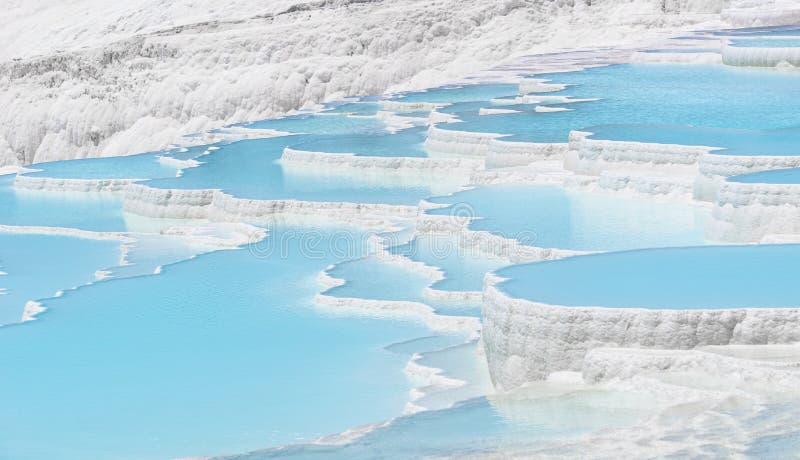 Belle vue naturelle de piscines et de terrasses de travertin de Pamukkale, Denizli, Turquie Château de coton au jour lumineux ens images stock