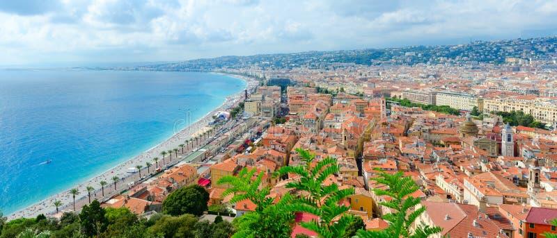 Belle vue panoramique de ci-dessus sur la mer et le Promenade des Anglais, Nice, France photographie stock libre de droits